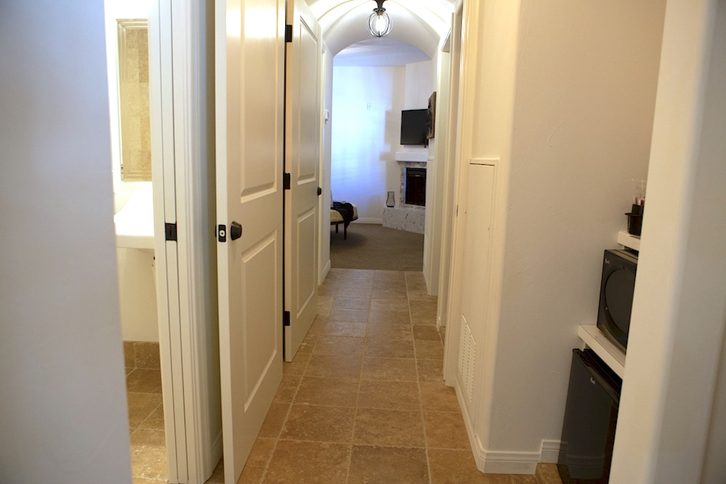 mobility-accessible-2bed-2bath-suite-andreas-hotel-palm-springs-hallway.jpg